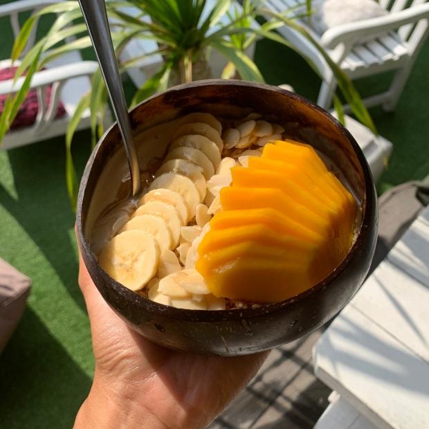 Smoothie bowl banana mango Bali Nalu Bowls